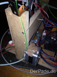 Ganz oben sieht man den Winkel, der das Filament zum Extruder führt.