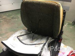 Nach dem entfernen der Klammern und Harken kann der Sitzbezug umgeklappt werden.