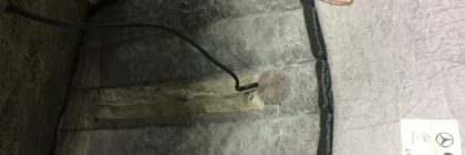 Die Kabelführung der Heizmatte unter der Sitzfläche.