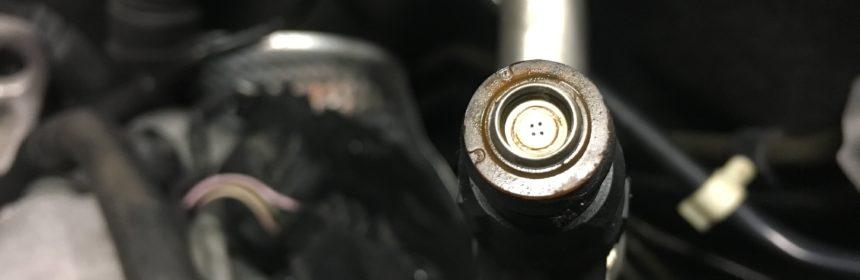 Begutachtet die Öffnungen der Einspritzdüsen, ob diese verdreckt sind.
