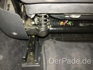 Die Sitzfläche besitzt hinten zwei Federn, die jeweils mit Gummistiften gesichert sind.