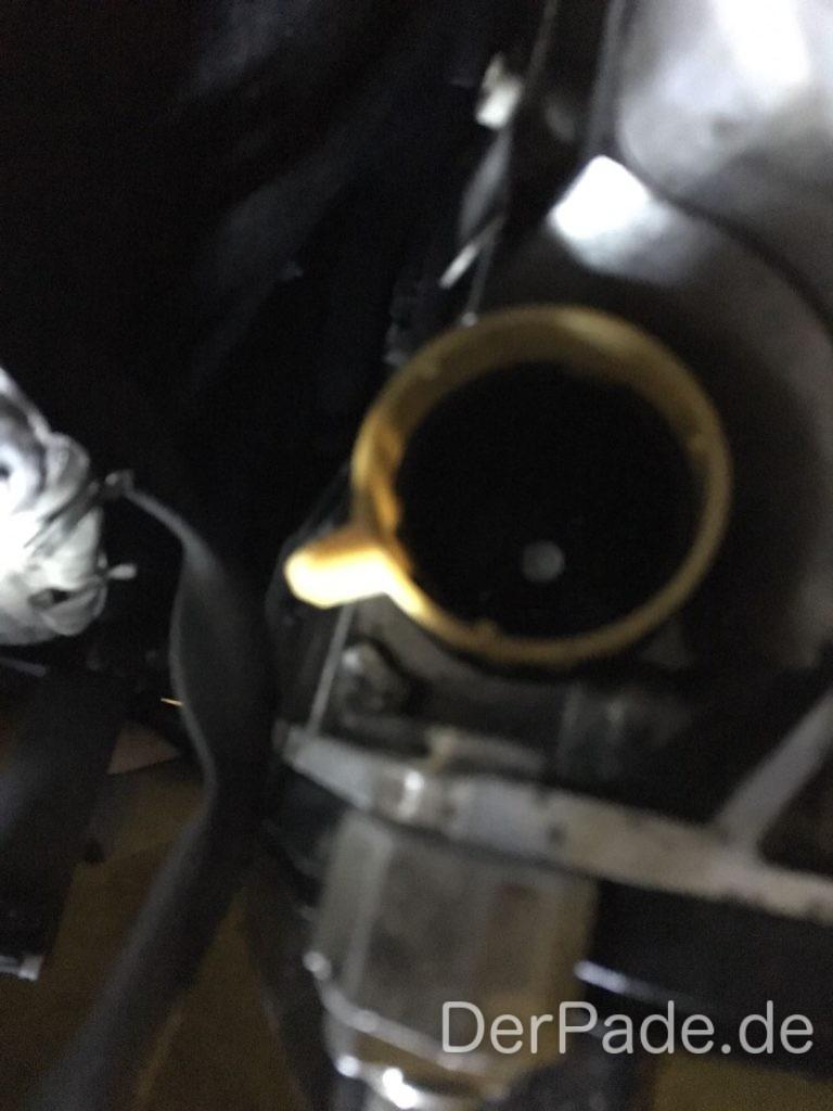 Über dem Getriebestecker befindet sich ein Blech zum Schutz, dieses Blech ist mit einer Schraube am Getriebe fest.