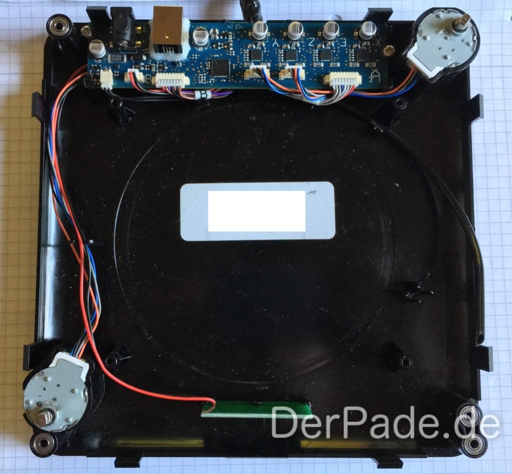 Bodenplatte mit Mainboard und Schrittmotoren voll verkabelt und angeschlossen. Beim Zusammenbau ist darauf zu achten, dass die Kabel vom Kabelstrang für das X-Carriage unter dem Mainboard durchzuführen sind.