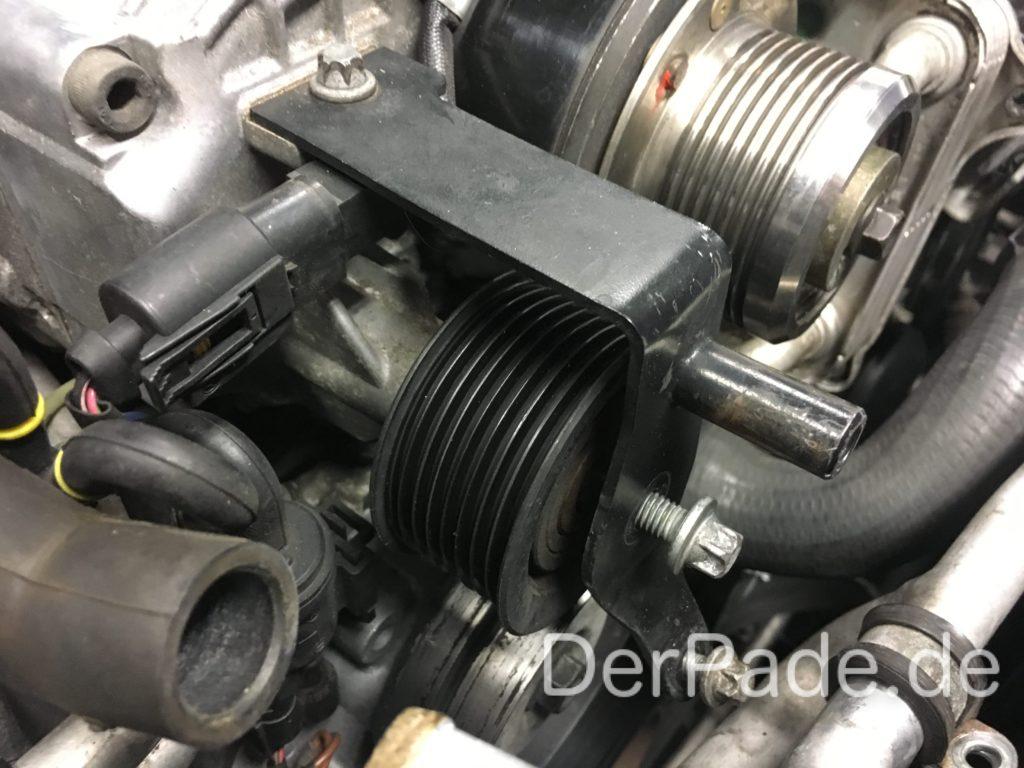 W203 C32 AMG Kompressor ausbauen - Umlenkrolle Kompressor